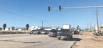 Pavimentan calle e instalan  semáforo en Vicente Guerrero