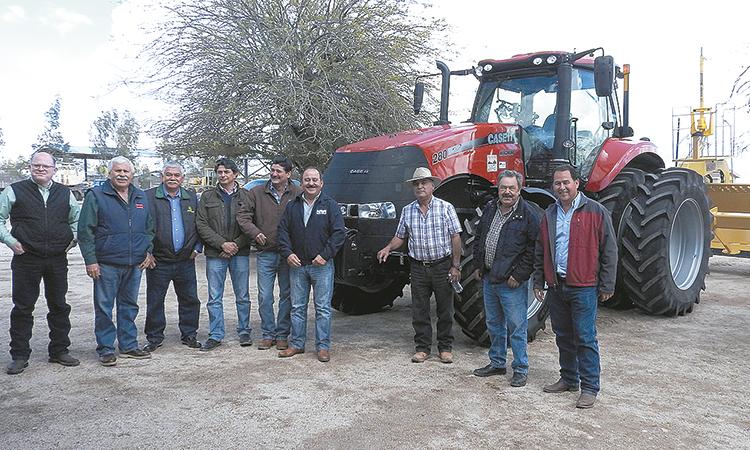 Conagua entregó tractor  y escrepa a Módulo No. 7