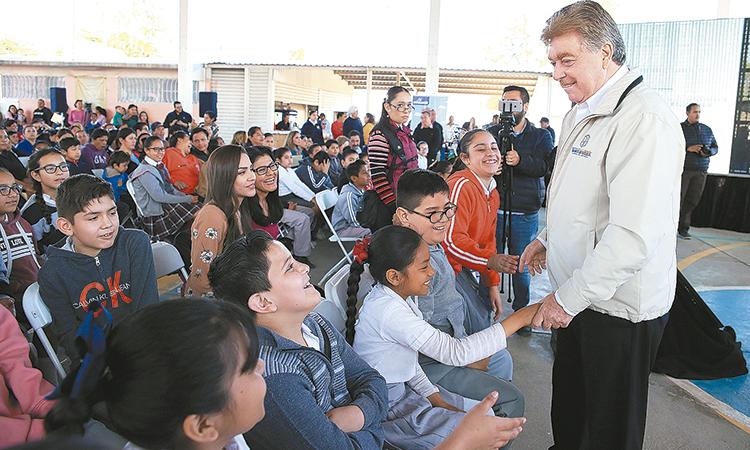 """Becas y apoyos educativos a casi 900 mil alumnos: """"Kiko"""" Vega"""