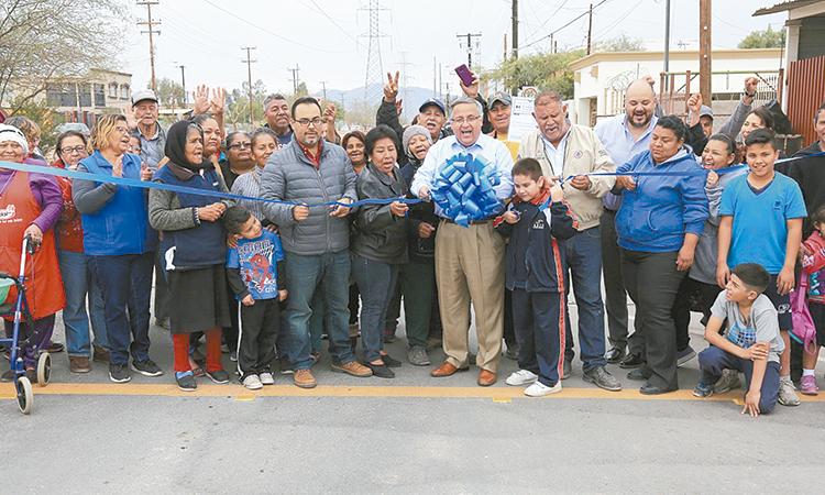 Alcalde entrega pavimentación de calle Arquitectos