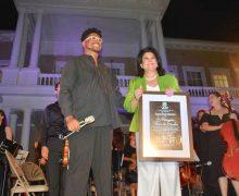 Entrega la OCAM reconocimiento a Margarita Flores de Sánchez