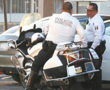 Oculto, motociclista de tránsito municipal vigila