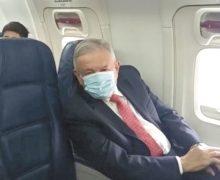 AMLO usa cubrebocas por primera vez en vuelo rumbo a EU para reunión con Trump